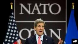 ABD Dışişleri Bakanı John Kerry, Brüksel'de İsrail'in kimyasal iddiasıyla ilgili açıklama yaparken