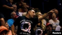 Pristalice u majicama s logotipom QAnon viđene su na Trumpovom skupu u Wilkes-Barreu u državi Pennsylvania, 2. kolovoza 2018.