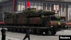 北韓國營媒體的照片展示4月15日在平壤舉行慶祝金日成誕生一百週年的閱兵儀式上的火箭模型。