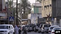 Bahreyn toplum polisi araçları bir Şii köyünde devriye geziyor