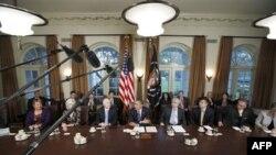 Президент Обама (в центре) выступает перед журналистами после заседания кабинета министров в Белом доме. Вашингтон. 4 ноября 2010 года