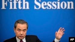 왕이 중국 외교부장이 8일 베이징에서 열린 중국 전인대 기자회견에서 발언하고 있다.