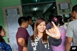 Cử tri giơ ngón tay có đánh dấu mực cho thấy cô đã bỏ phiếu tại Yangon, Myanmar, ngày 8/11/2015.