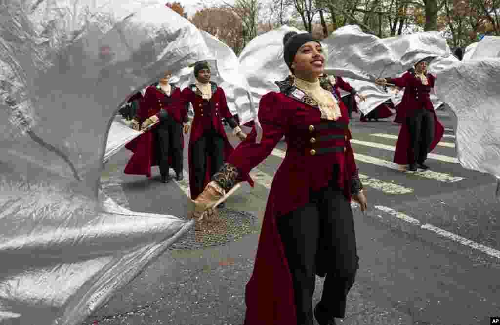 Band SMU Hendrickson dari Pflugerville, Texas, berbaris di Central Park West dalam Parade Hari Bersyukur Macy's ke-90 di Manhattan, New York (24/11). (AP/Craig Ruttle)