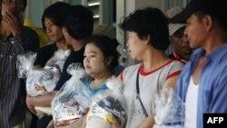 Các công nhân di trú Miến Ðiện, bị kẹt trong vùng lụt và phải ngưng làm việc từ nhiều tuần qua, nhận các khẩu phần lương thực trong tỉnh Ayutthayam, Thái Lan hôm 1/11/11