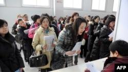 中國數名青年婦女在北京的一個招聘會上排隊尋找工作。(2010年3月3日)