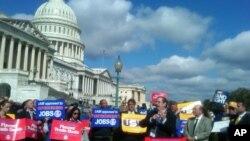 美国工人到国会山抗议自由贸易协定