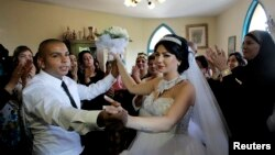 مراسم جنجال برانگیز ازدواج یک مرد مسلمان به نام محمود منصور و یک زن یهودیزاده تازهمسلمان به نام مورل ملکا در جنوب تل آویو - مرداد ۱۳۹۳
