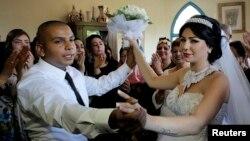 이스라엘 야파 출신의 팔레스타인계 신랑 마흐무드 만수르 씨와 유대계 신부 모랄 말카 씨가 17일 텔아비브 자파에서 결혼식 피로연을 가지고 있다.