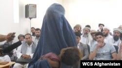 یک زن افغان در جریان محاکمۀ یک مرد به اتهام تجاوز جنسی گواهی می دهد - عکس: خلیل نورزایی