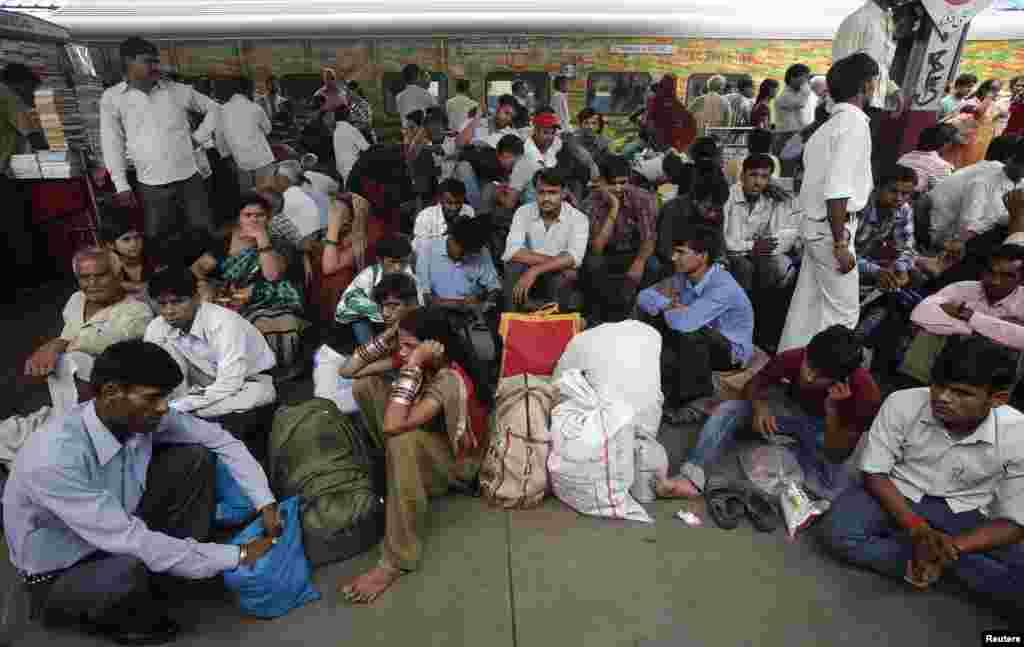 Пасажирам із віддалених провінцій годинами довелось чекати на вокзалах через припинення руху.