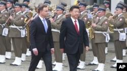 中國領導人習近平(右)訪問波蘭,與波蘭總統杜達檢閱儀仗隊。