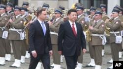20일 폴란드 바르샤바에 도착한 시진핑 중국 국가주석(오른쪽)이 영접 나온 안제이 두다 대통령과 함께 환영인사를 받고 있다.
