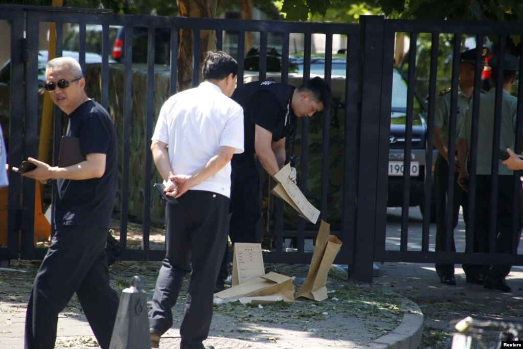 一名保安人員於2018年7月26日在北京的美國大使館附近移走物品。