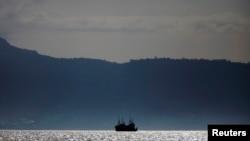 塞拉利昂弗里敦附近水域下锚停泊的一艘中国渔船(2012年11月资料照片)