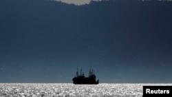 塞拉利昂弗里敦附近水域下錨停泊的一艘中國漁船(2012年11月資料照片)