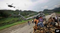 Angkatan Udara India ikut memberikan pertolongan warga yang terjebak banjir dengan helikopter (foto: dok).