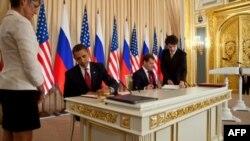 Predsednik SAD Barak Obama i Rusije Dmitrij Medvedev tokom potpisivanja Sporazuma o smanjenju strateškog nuklearnog naoružanja