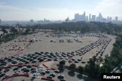 Antrean mobil untuk tes COVID-19 di Stadion Dodger, Los Angeles, California, AS, 4 Januari 2021. (REUTERS / Lucy Nicholson)