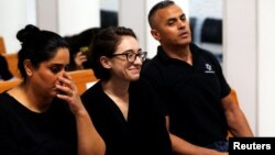 Mahasiswi AS, Lara Alqasem (tengah) tampil di pengadilan Israel di Yerusalem, Rabu (17/10).