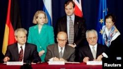 President Slobodan Milosevic of Serbia (L), President Alija Izetbegovic of Bosnia-Herzegovina (C) and President Franjo Tudjman of Croatia sign the Dayton Agreement peace accord at the Hope Hotel inside Wright-Patterson Air Force Base in this November 21,