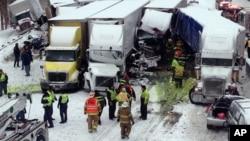 Cuadrillas de emergencia socorren a los lesionados al sitio del accidente en la Interestatal 94, cerca de Michigan City.
