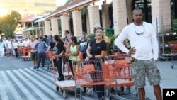 佛罗里达州北迈阿密一家家得宝家居连锁店外大排长龙 (2017年9月6日)