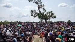 지난해 5월 남수단 리어 마을에서 주민들이 공중에서 투하하는 구호물자를 받기 위해 투하 지점 주변에 모여있다. (자료사진)