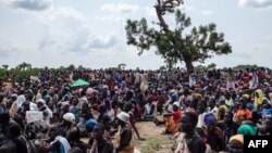 Thousands wait for a 2014 air drop in Leer, South Sudan. Aid agencies partially withdrew from Leer on May 9, amid fears that new fighting will reach the town.