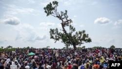 Hàng ngàn người dân Nam Sudan đứng dưới ánh nắng gay gắt chờ hàng cứu trợ sẽ được thả dù xuống