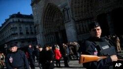 프랑스 경찰이 15일 파리의 노트르담 성당 주변을 순찰하고 있다.