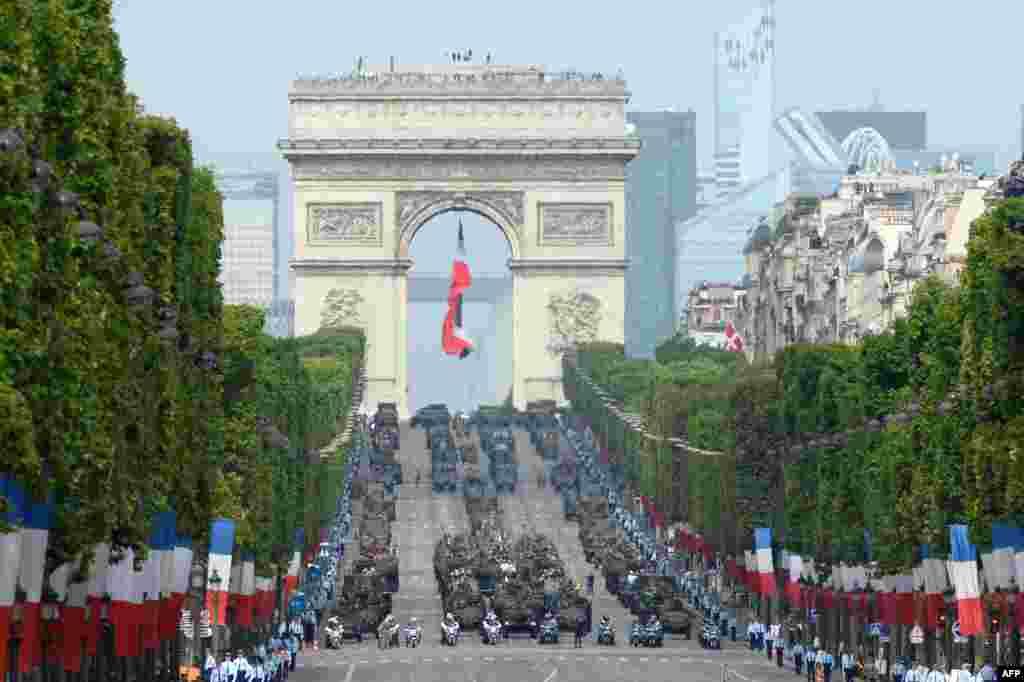 프랑스 파리에서 열린 연례 바스티유 날 군사행진에서 무장한 군용차들이 행진하고 있다.