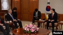 2일 한국을 방문한 제임스 매티스 미국 국방장관(왼쪽)이 황교안 한국 대통령 권한대행과 서울 정부청사에서 만나 대화하고 있다.