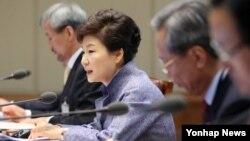 박근혜 한국 대통령이 16일 청와대에서 열린 대통령 주재 수석비서관회의에서 모두발언을 하고 있다.