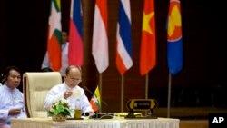 Presiden Myanmar Thein Sein dalam peluncuran Institut Ekonomi Hijau ASEAN dalam KTT ASEAN ke-25 di Naypyitaw, Myanmar, 2014. (AP/Gemunu Amarasinghe)