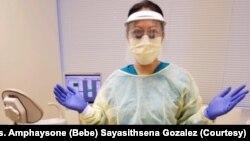 ທ່ານນາງອຳໄພສອນ ໄຊຍະສິດເສນາ ກອນຊາເລສ ເປັນພະນັກງານທຳຄວາມສະອາດແຂ້ວ ຫຼື dental hygienist ທັງເປັນຜູ້ຊ່ວຍໝໍແຂ້ວນຳດ້ວຍ ຢູ່ທີ່ເມືອງ ຟອລສ໌ ເຊີດ ລັດເວີຈີເນຍ.