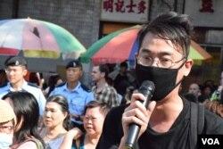 發起遊行的本土同盟成員梁志恒呼籲當局關注水貨客猖獗,對上水居民造成的影響。(美國之音湯惠芸)