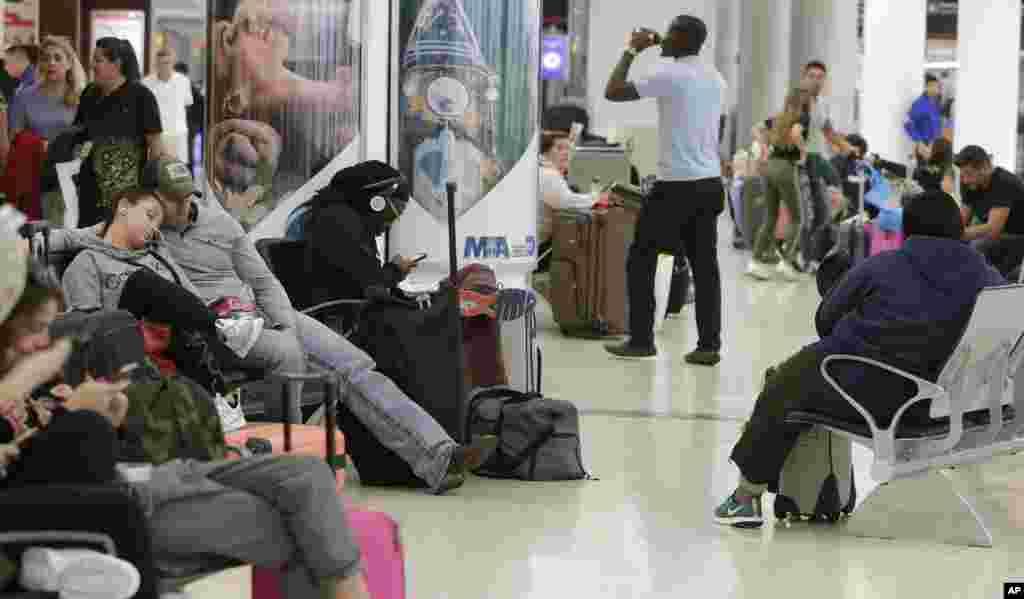 اینجا فرودگاه میامی در جنوب شرقی آمریکا است. با اینکه در آنجا برعکس سایر مناطق شرق آمریکا برف نیامده اما به خاطر برف در مقصد صدها پرواز لغو شده است. از سوی دیگر، تعطیلی موقت دولت آمریکا موجب شده مسئولان فرودگاه بخشی از کارکنان خود را به مرخصی اجباری بفرستند.