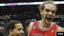 Center Chicago Bulls Joakim Noah (13) dan rekannya Jannero Pargo merayakan keberhasilan tim mereka lolos ke final Wilayah Timur setelah mengalahkan Atlanta Hawks Kamis (12/5) di Atlanta.