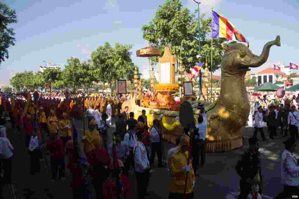 "Royal parade with the framed certificate of honorary title ""Preah Sri Loka Dhammika Raja"" to Cambodia's King Norodom Sihamoni are prepared to start on June 3, 2015. (Nov Povleakhena/VOA Khmer)"