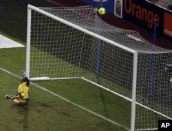 Didier Drogba tire un penalty au-dessus de la transversale, sous le regard satisfait du portier zambien Kennedy Mweene, en 2e mi-temps de la finale.