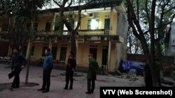 Giới hữu trách đến hiện trường vụ tai nạn ở Trường tiểu học Văn Môn ngày 11/12/2017.