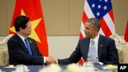 Tổng thống Mỹ Barack Obama bắt tay Thủ tướng Việt Nam Nguyễn Tấn Dũng trong cuộc họp song phương tại Trung tâm Hội nghị Quốc tế Myanmar, ngày 13/11/2014.