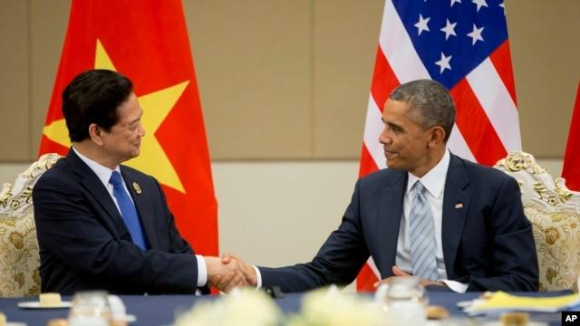 Tổng thống Mỹ Barack Obama bắt tay với Thủ tướng VN Nguyễn Tấn Dũng trong cuộc gặp bên lề hội nghị thượng đỉnh ASEAN ở Malaysia.
