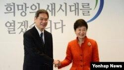10일 한국 서울 금융감독원 연수원 내 집무실에서 중국 정부 특사인 장즈쥔 외교부 상무부부장을 접견한 박근혜 대통령 당선인.