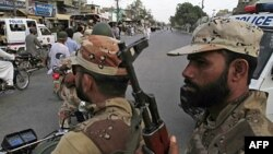Binh sĩ Pakistan tuần tra tại thành phố Karachi đầy bạo động