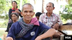 Leng Theng, 69, was also offered a coffin early this month, Samki commune, Kampong Thom, Cambodia, January 9, 2018. (Sun Narin/VOA Khmer)