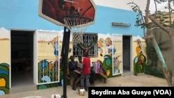 """Noël se prépare à """"Empire des enfants"""", à Dakar, le 24 décembre 2018. (VOA/Seydina Aba Gueye)"""