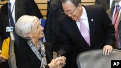 El secretario general de la ONU, Ban Ki-moon, derecha, saluda a la directora del IMF, Christine Lagarde, en Washington.