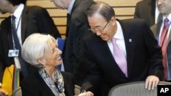 Sekjen PBB Ban Ki-moon berjabat tangan dengan Direktur IMF, Christine Lagarde, dalam pertemuan tahunan IMF-World Bank di Washington, Sabtu (20/4).